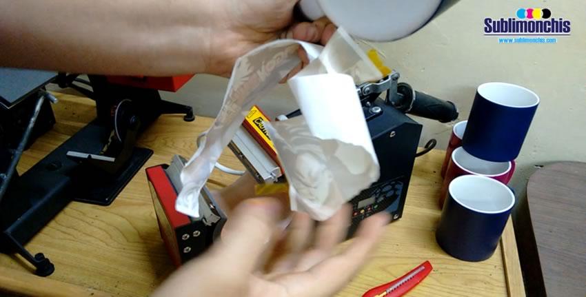 desprender papel sublimacion taza magica negra